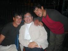 Mons. Jorge Tissera junto a dos jóvenes que asistieron a la cena.
