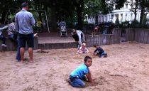 En la plaza con los niños