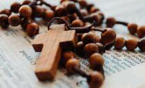 La belleza de rezar el Rosario en casa