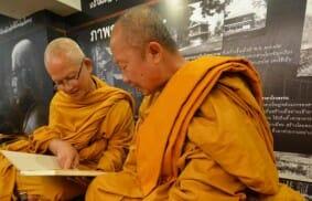 Un monaco buddhista che annuncia la fratellanza universale