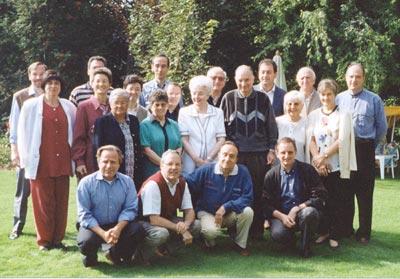 """Chiara Lubich con i componenti della """"Scuola Abba"""" (Luigino Bruni è il terzo da destra, terza fila) - © Centro S. Chiara Audiovisivi"""