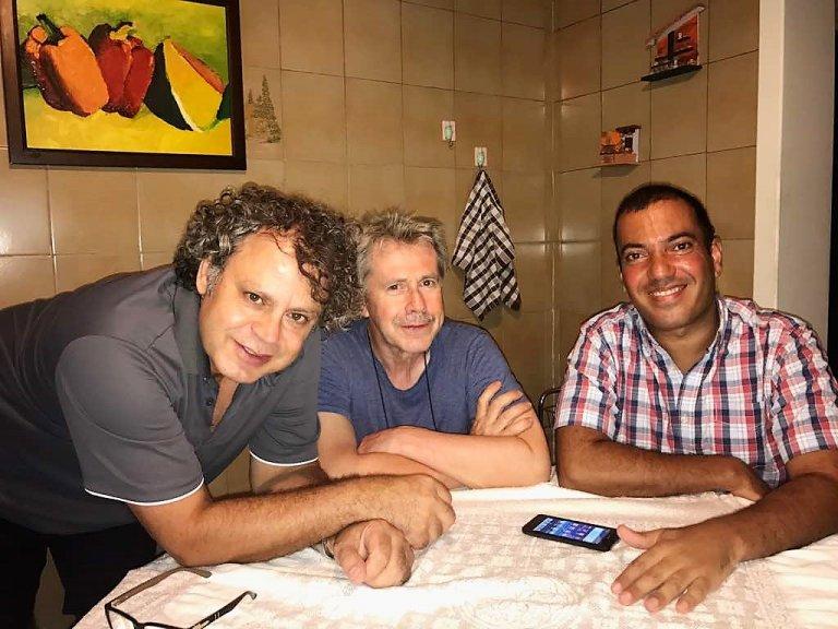 Bernard (centro), con due popi del focolare di Aleppo: Fredy (sinistra) e Murad (destra)