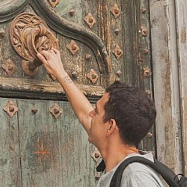 (Español) «Mira que estoy a la puerta y llamo; si alguno oye mi voz y me abre la puerta, entraré en su casa y cenaré con él y él conmigo» (Ap 3, 20).