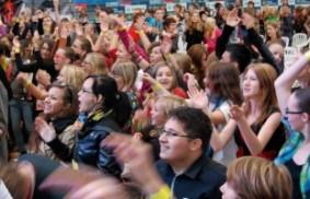 青年、音樂、城市:與紅新青樂隊巡迴演唱