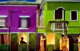 綠新青樂隊在西班牙以聖母瑪利亞為主題的演出
